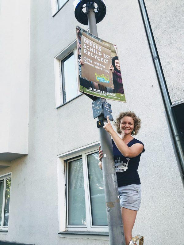 Inga Feuser beim Wahlplakat aufhängen